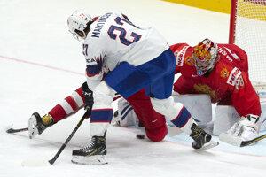 Andreas Martinsen (v popredí) v pred bránkou Andreja Vasilevského v zápase Ruska proti Nórsku na MS v hokeji 2019.