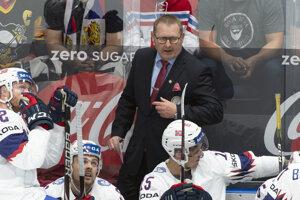 Tréner Nórska Petter Thoresen (v pozadí) v zápase Ruska proti Nórsku na MS v hokeji 2019.