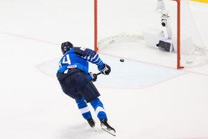 Kaapo Kakko strieľa rozhodujúci gól v zápase Fínska proti Kanade na MS v hokeji 2019.