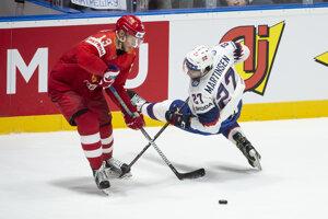 Sergej Andronov (vľavo) a Andreas Martinsen v zápase Ruska proti Nórsku na MS v hokeji 2019.