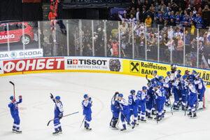 Slovenskí hokejisti ďakujú publiku po víťazstve nad USA.