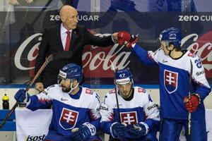 Slovenská striedačka v zápase proti Fínsku na MS v hokeji 2019.
