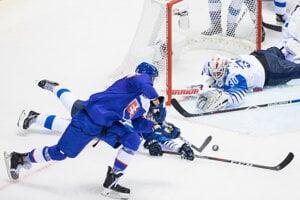 Martin Marinčin strieľa gól v zápase Slovensko - Fínsko na MS v hokeji 2019.