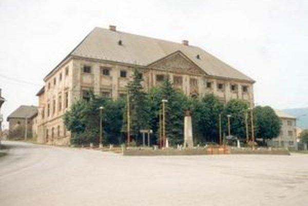 Kaštieľ Coburgovcov v centre Jelšavy.