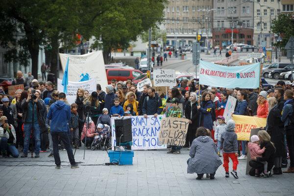 Atmosféra počas Klimatického pochodu rodičov na podporu študentov v ich štrajkoch za klímu.