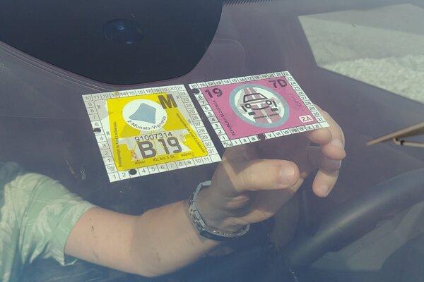 Rakúsku diaľničnú známku kúpite v predstihu aj elektronicky, slovinská ostáva výhradne nalepovacia.