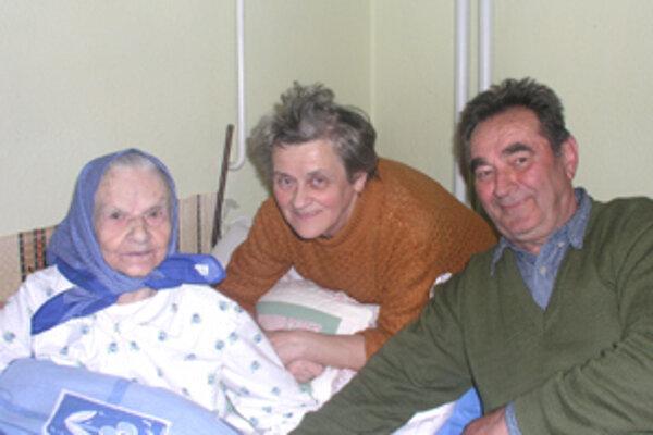 Mária Hrnčiarová má stotri rokov no pamäť jej ešte stále dobre slúži.