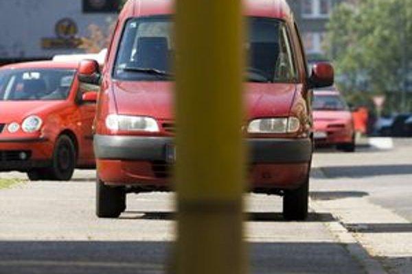 Nezodpovedným vodičom hrozia za zlé parkovanie pokuty.