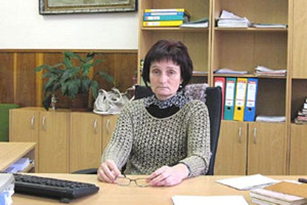 Ildikó Chamulová z evidencie obyvateľstva Mestského úradu v Lučenci sype údaje z matriky z rukáva.