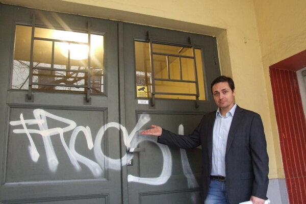 Riaditeľ divadla Martin Kusenda pred popísanými dverami.