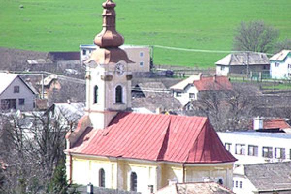 V krypte pod kostolom sa nachádza desať  truhiel. Z jednej zobrali historici z Levoče vzorky, aby vyvrátili alebo potvrdili fámy o tom, že je tu pochovaná Júlia Korponayová.