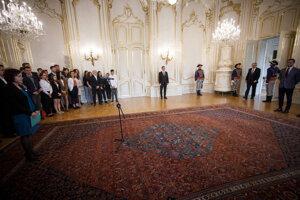 Prezident Andrej Kiska (tretí sprava) počas prijatia zástupcov Nadácie Zastavme korupciu v Prezidentskom paláci.
