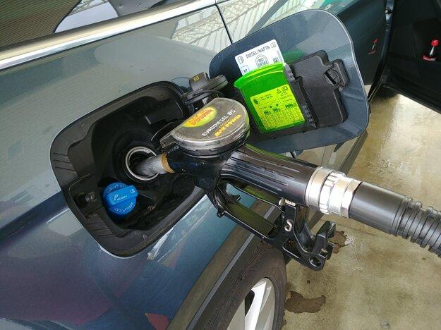 Za 50 litrov nafty sme zaplatili 525 kún, teda 70 eur.
