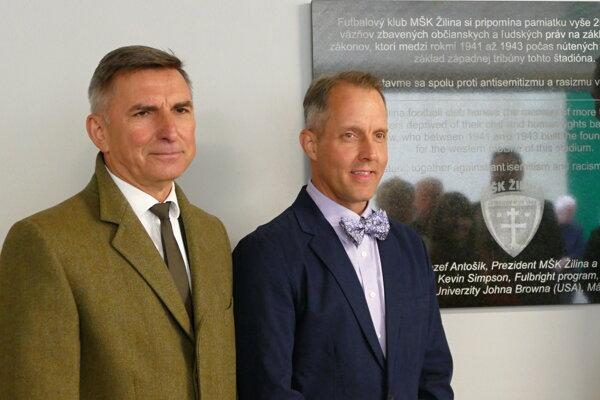 Jozef Antošík, majiteľ MŠK Žilina (vľavo) a profesor Kevin Simpson z USA pri pamätnej tabuli na západnej tribúne žilinského štadióna.