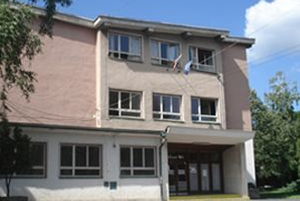 V rimavskosobotskej ZŠ P. K. Hostinského nastala havarijná situácia v podobe objavenia močiara pod budovou prvého stupňa ZŠ, ktorým sa narušila statika celého objektu.