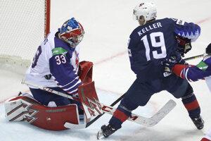 Clayton Keller a Ben Bowns v zápase USA - Veľká Británia na MS v hokeji 2019.