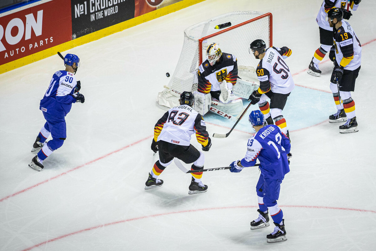 572ca8b7811a7 Slovenskí hokejisti v útoku počas zápasu Nemecko - Slovensko na MS v hokeji  2019.