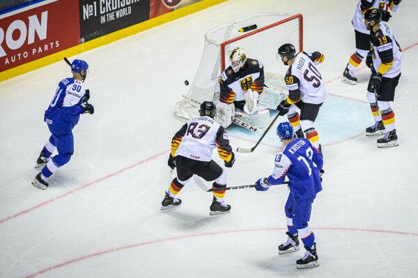 Slovenskí hokejisti v útoku počas zápasu Nemecko - Slovensko na MS v hokeji 2019.