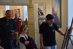 Počas sympózia boli dvere galérie otvorené pre každého. Aj miestni školáci sa prišli pozrieť ako vznikajú obrazy-