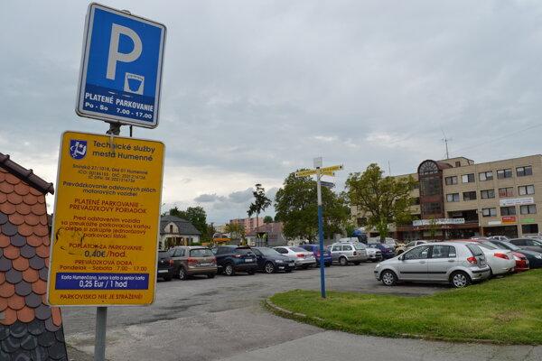 Platené parkovisko pred mestským úradom bezplatne využívajú najmä pracovníci úradu.