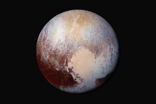 Kombinácia záberov zo sondy New Horizons ukazuje povrch Pluta ako sme ho ešte nevideli.