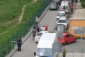 Pred bytom na Vlčincoch sú momentálne policajti.