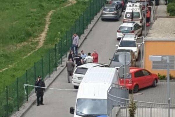 Pred bytom na Vlčincoch zasahovala polícia.
