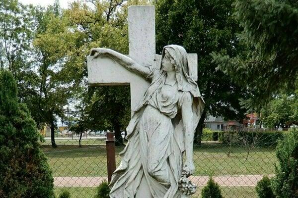 Vynovený hrob grófky Irmy Sztáray.