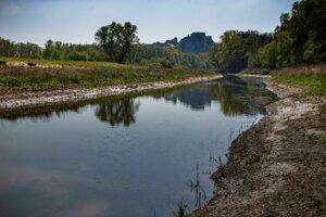 Úpravy toku Moravy veľmi dobre vidno aj z turistického chodníka zo Sandbergu na Devín.