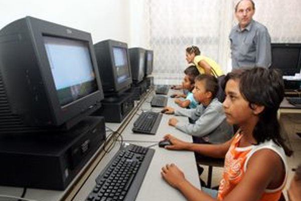 Žiakov v škole na rómskom sídlisku pribúda. Zariadenie však nemá dostatočné kapacity ani voľné priestory.