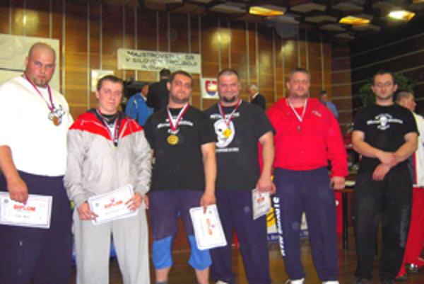 S bilanciou 2 zlaté medaily a 3 strieborné boli skoro všetci pretekári z Lučenca spokojní.