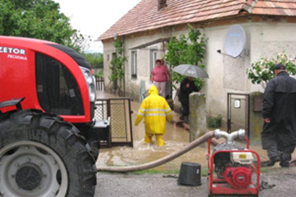 V obci Cakov v okrese Rimavská Sobota voda už zatopila domy.