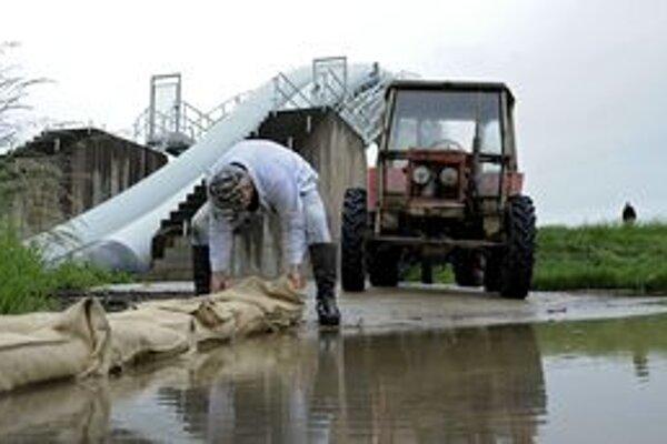 V obciach sa intenzívne pracuje na odstraňovaní škôd po záplavách.