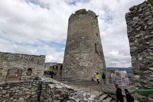 Práce prebiehajú počas návštevnosti hradu.