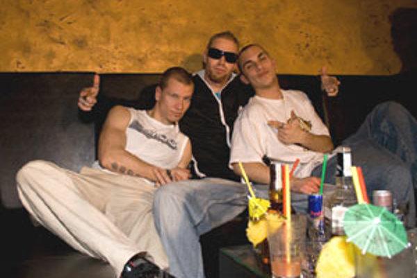 DJ Shamell, DJ Spidy a Leo počas prestávky pri natáčaní videoklipu.