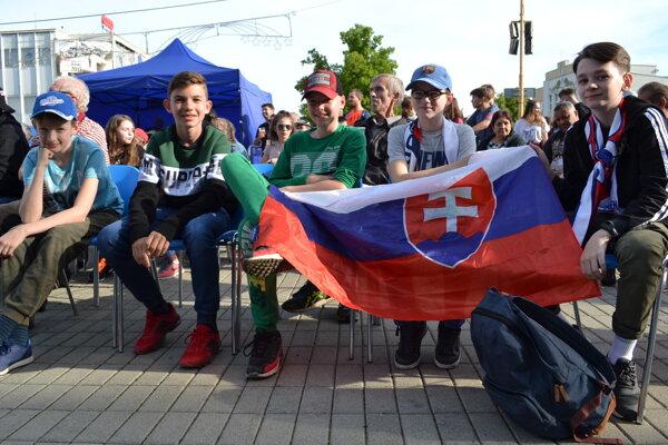 Mladí fanúšikovia hokeja sledovali zápas našich s Francúzmi na veľkoplošnej obrazovke v meste.