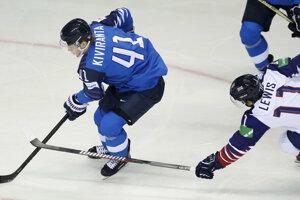 Joel Kiviranta (vľavo) a Joseph Lewis v zápase Fínsko - Veľká Británia v zápase MS v hokeji 2019.