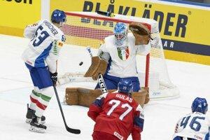 Milan Gulaš strieľa prvý gól Česka v zápase základnej B-skupiny Česko - Taliansko na MS v hokeji 2019.