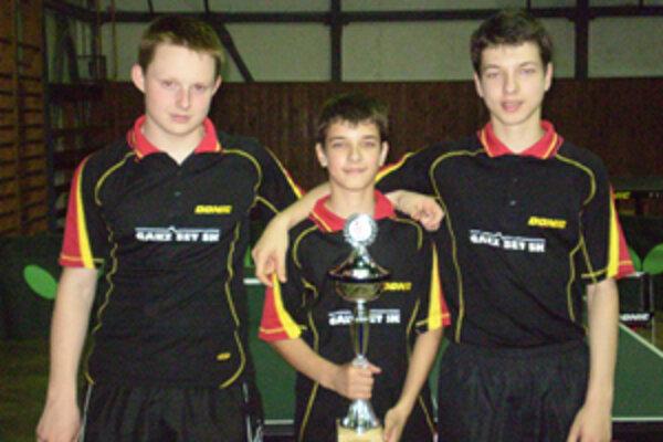 Mladí stolní tenisti z Lučenca získali majstrovský titul v družstvách.