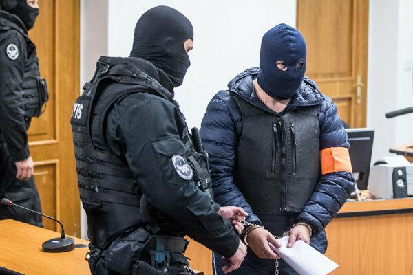 Obžalovaný Zoltán Andruskó v sprievode členov Zboru justičnej a väzenskej stráže prichádza na súdne pojednávanie v trestnej veci skrátenia dane a poistného pred súdnym pojednávaním na Okresnom súde Bratislava V dňa 17. októbra 2018.