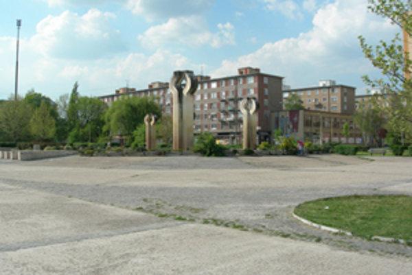 Z betónovej plochy v centre Lučenca by sa mala stať zelená oddychová a relaxačná zóna.