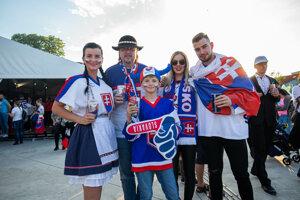 Slovenskí fanúšikovia pred stretnutím.