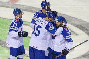 Slovenskí hokejisti sa tešia po jednom z gólov.
