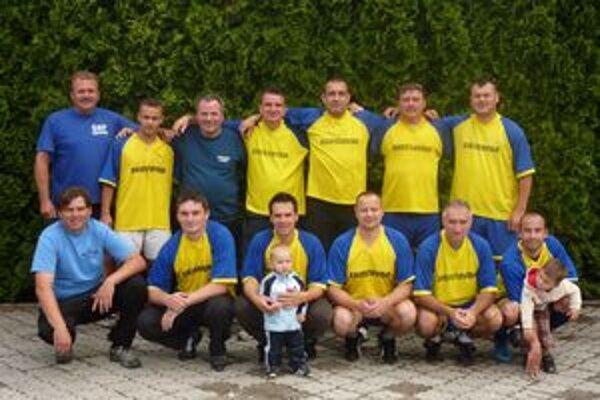 Víťazné mužstvo lučeneckej Elektro M. T. ligy sezóny 2009/2010.