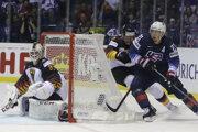 Momentka zo zápasu Nemecko - USA na MS v hokeji 2019, Dylan Larkin útočí.