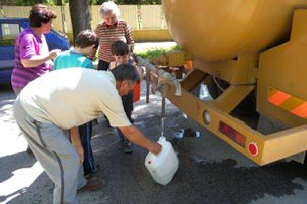 Obyvatelia mesta Tornaľa a ďalších deviatich obcí museli počas povodní čerpať pitnú vodu z cisterien. Zdroj vody v Behynciach znečistila rieka Turiec.