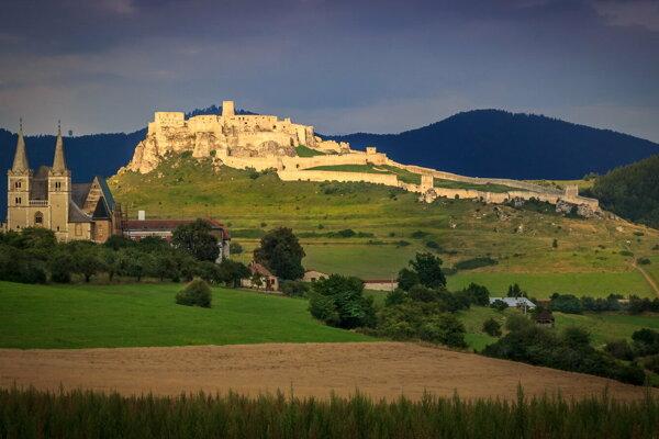 Spišská Kapitula, v pozadí Spišský hrad.