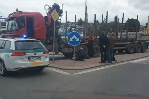 Nehoda na kežmarskom kruhovom objazde. Tatrovka zrazila dôchodkyňu.