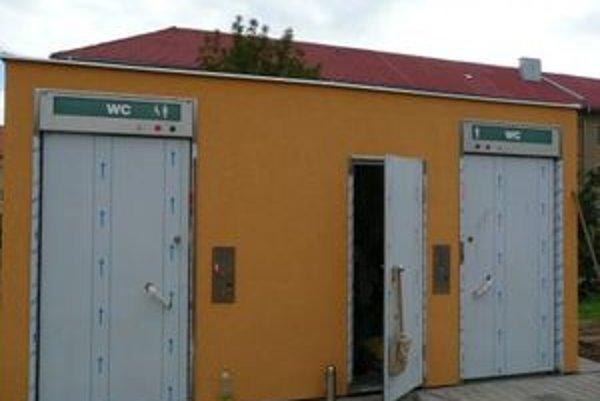 Špeciálna 24 - tonová WC bunka je zabezpečená proti vandalom.