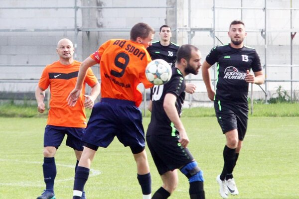 Veľký Cetín vyhral v Janíkovciach. Na snímke sú obaja strelci gólov Nikos Charizopulos a Patrik Majerčík.